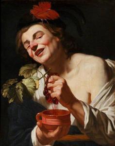 Jonge man knijpt druiven uit boven een aardewerken kom