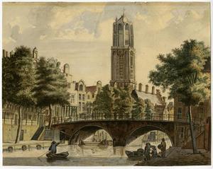Gezicht in spiegelbeeld op de Gaardbrug over de Oudegracht in Utrecht met de Domtoren in het verschiet