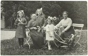 Portret van Jansje de Boer (?-?), waarschijnlijk met haar dochter en kleindochters