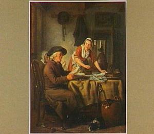 Een strijkende vrouw bij een lezende oude man