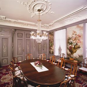 Regentenkamer met behangselschilderingen en een schoorsteenstuk