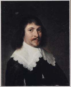 Portret van een man ten halve lijve met een platte kraag met kant