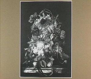 Bloemen in een vaas op een marmeren tafel met horloge