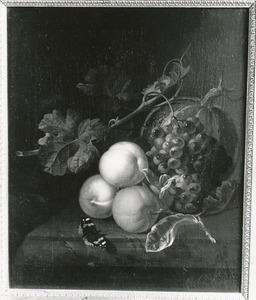 Stilleven van perziken, druiven, een oranjeappel en een kalebas, met een atalanta, op een marmeren tafel
