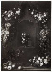 Vruchten en bloemen rondom een nis met een roemer