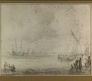 Schip en boten op kalm water