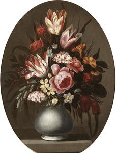 Bloemen in een aardewerken vaas op een stenen plint