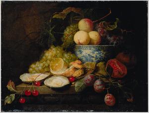 Stilleven van oesters en vruchten in en rondom een porseleinen kom