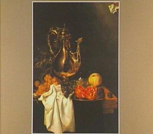 Stilleven met vruchten en een metalen schenkkan waarin een spiegeling van de schilder achter zijn ezel