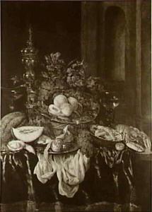 Stilleven met fruit, glas- en zilverwerk, porseleinen kom, akeleibeker en kreeft op een donker tafelkleed met wit servet