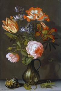Bloemen in een glazen karaf, met een heremietkreeft, een hagedis en een sprinkhaan