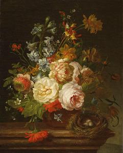 Bloemen in een terracotta vaas met vogelnestje