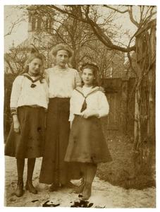 Portret van Nellij Appeldoorn (1898-1990), Joukje Appeldoorn (1900-1991) en Hanna Sophie Adelaide Breusing (1892-1983)