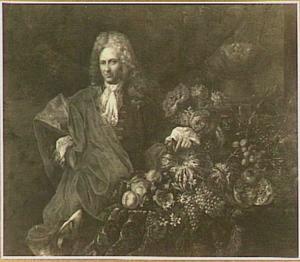 Portret van een man bij een stilleven van vruchten en bloemen