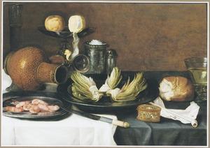 Stilleven met een liggende kan, een tazza, tinnen borden met artisjokken en garnalen, een zoutvat en andere voorwerpen op een tafel