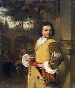 Zeeman (?) in gele kolder met roemer in de hand op de binnenplaats van een herberg