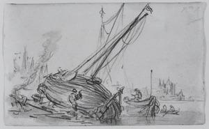Een gekalefaterde zeilboot op de oever van een rivier