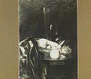 Stilleven met roemer en fluitglas, vruchten en porseleinen schaal op donker kleed