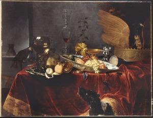 Stilleven met drinkgerei, een zoutvat en vruchten in een porseleinen schaal
