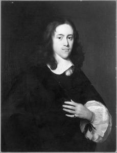 Portret van een man met de linkerhand op de borst