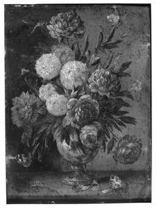 Bloemen in een metalen vaas