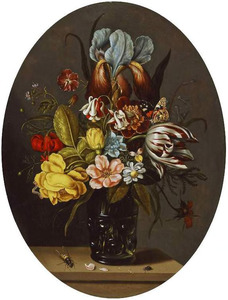 Boeket van tulpen en andere bloemen in een noppenbeker