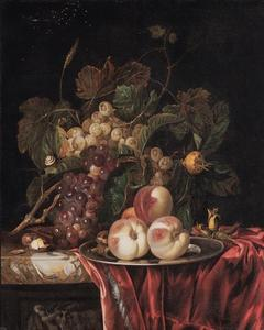 Vruchtenstilleven op een marmeren plint met een rood fluwelen kleed