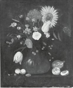 Bloemen in een geribde glazen vaas