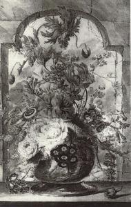 Bloemstilleven in een vaas, versierd met figuren, op een stenen plint voor een venster