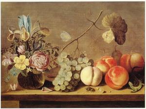 Bloemen in een glazen vaas, vruchten en een hagedis, op een houten blad