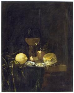 Stilleven met halfgevulde roemer, brood, sinaasappel, citroen en oesters op een schotel op een tafel met kleed