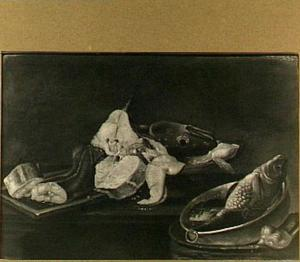 Visstilleven met moten vis op een tafel en een karper in een bak