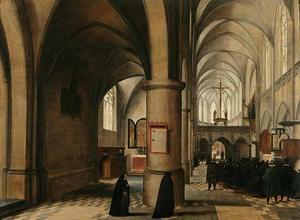 Interieur van een gotische kerk met gelovigen die naar een preek luisteren