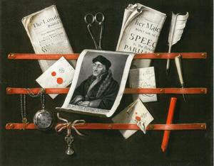 Trompe-l'oeil van een ingelijst brievenbord met een portret van Erasmus, een horlog, schrijfgerei en Engelse kranten