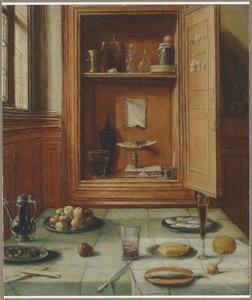 Stilleven van een tafel met diverse etenswaren en een geopend kastje met vaatwerk in een interieur