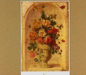 Stilleven van bloemen in een geornamenteerde vaas in een nis