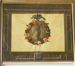 Medaillon met kop 'en profil' omgeven door bloemenkrans