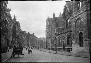 Spuistraat vanaf de Raadhuisstraat te Amsterdam