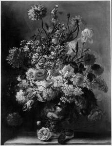 Bloemen in een vaas met seringen, rozen, en tulpen