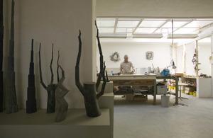 Sjoerd Buisman in zijn atelier