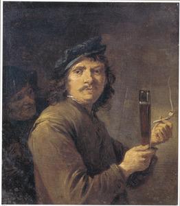 Een roker met een bierglas