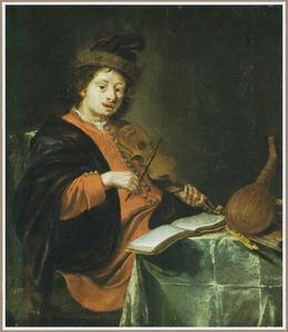 Vioolspeler zittend aan een tafel met daarop een omgekeerde luit