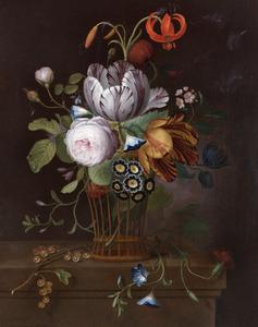 Rozen, tulpen en andere bloemen in een mand op een stenen balustrade