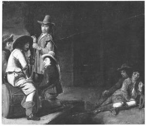 Rokende, drinkende en rustende soldaten in een wachtlokaal
