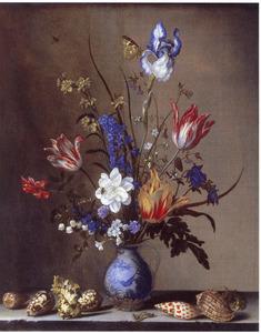 Bloemen in een Wan Li-vaas en schelpen, op een stenen plint