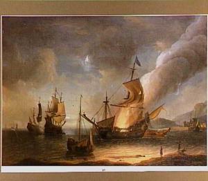 Brandend schip voor de kust bij avond