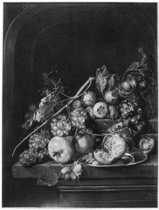 Stilleven met vruchten op een stenen plint voor een nis