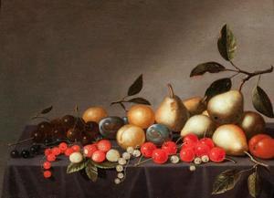 Stilleven van vruchten op eengedekte tafel
