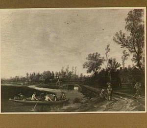 Zandweg langs het water, links op de voorgrond zes figuren in een roeibootje