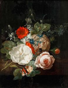 Rozen, goudsbloemen en ridderspoor op een marmeren plint